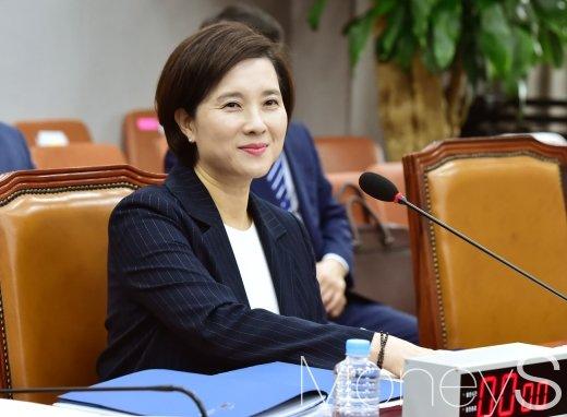 [머니S포토] 여유로운 모습의 유은혜 후보자