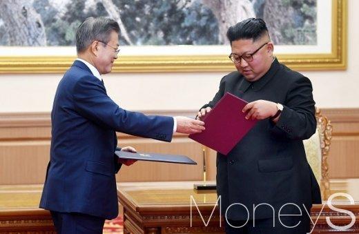 [머니S포토] 평양공동선언서 교환하는 남북 정상