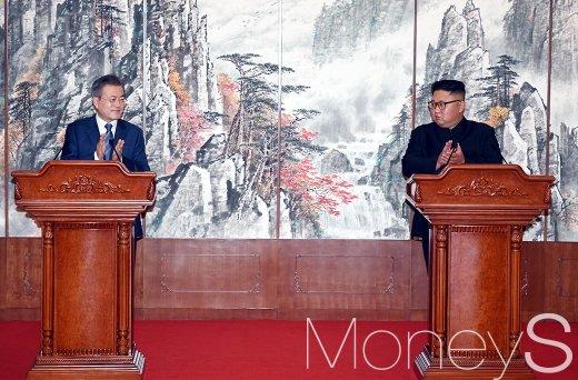 문재인 대통령과 김정은 국무위원장이 19일 백화원 영빈관에서 정상회담과 평양공동선언을 서명한 뒤 가진 회견에서 박수치고 있다.