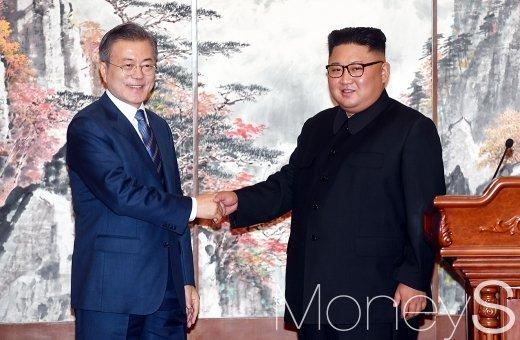 [머니S포토] 평양공동선언 악수하는 남북 정상