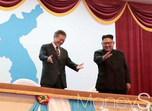 문재인 대통령과 김정은 국무위원장이 18일 오후 평양대극장에서 열린 환영 예술공연에 참석해 관람객들을 향해 인사하고 있다. /사진=평양사진공동취재단