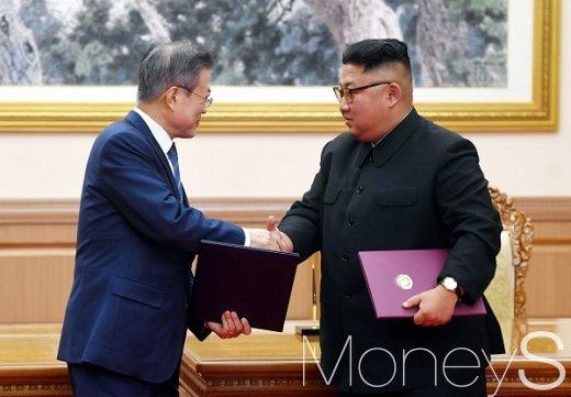 [머니S포토] 평양공동선언서 교환 후 악수하는 남북 정상
