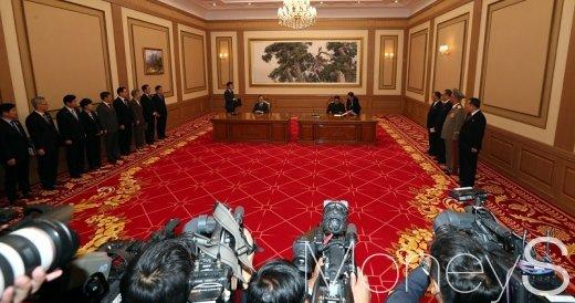 [머니S포토] 평양공동선언서에 서명하는 남북 정상