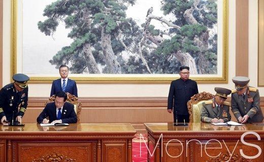 [머니S포토] 군사분야 합의문에 서명하는 송영무·노광철