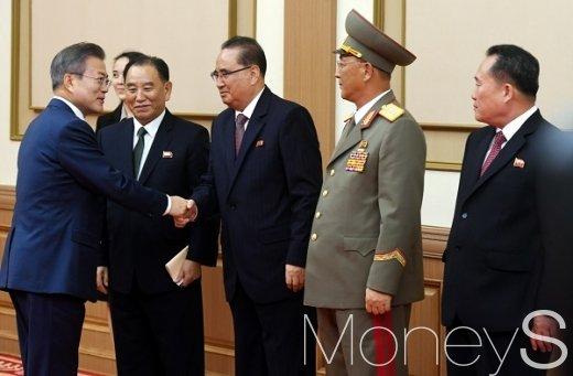 [머니S포토] 북측 수행원들과 악수하는 문재인 대통령