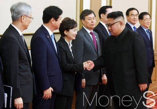 [머니S포토] 남측 수행원들과 악수하는 김정은 국무위원장