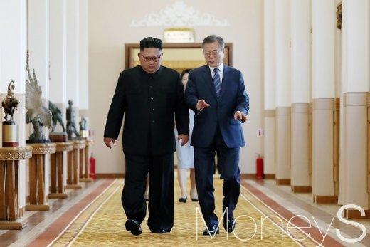 문재인 대통령과 김정은 국무위원장이 19일 오전 평양 백화원 영빈관에서 열린 남북정상회담장에 입장하고 있다. 청와대는 이날 두 사람이 9월 평양공동선언을 통해 '실질적 종전'을 선언했다고 평가했다.  /사진=평양사진공동취재단