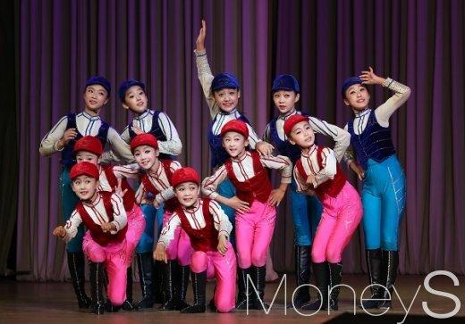 [머니S포토] 무대에 선 만경대 학생소년궁전 학생들