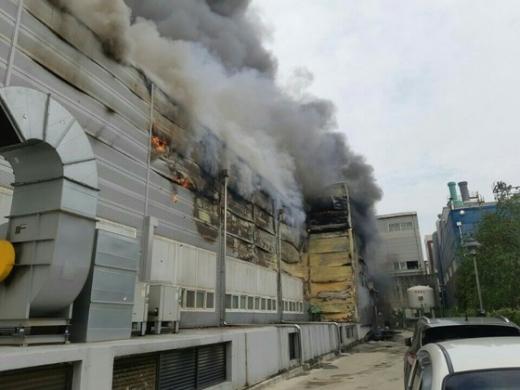 19일 오후 1시18분께 경기 화성시 향남읍 싸이노스 반도체 세정공장에서 화재가 발생해 소방당국이 진화작업을 벌이고 있다. /사진=뉴스1