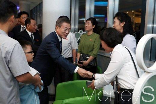 [머니S포토] 문 대통령, 대동강 수산물 식당서 평양 시민과 악수