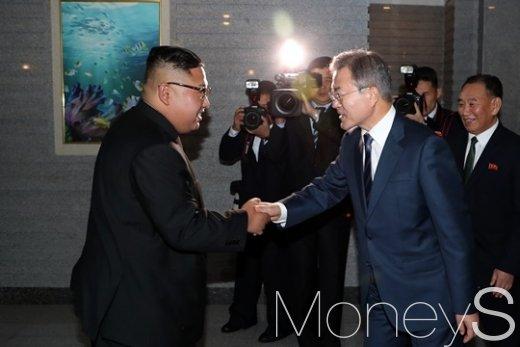 [머니S포토] 대동강 수산물 식당서 다시 만난 남북 정상