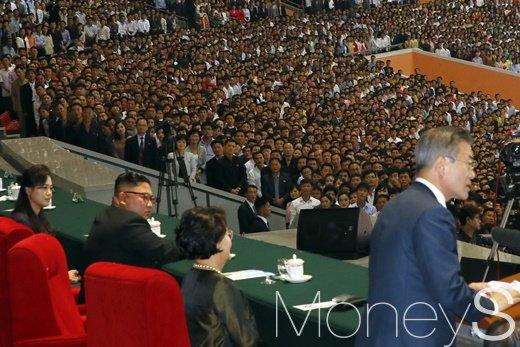 [머니S포토] 연설하는 문 대통령, 지켜보는 김 위원장