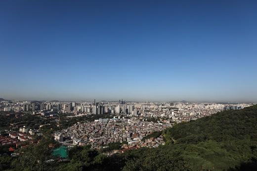 서울 중구 남산에서 바라본 서울 도심 위로 파란 가을하늘이 펼쳐진 모습. /사진=뉴스1