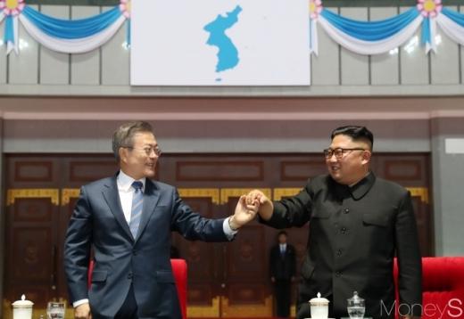 문재인 대통령과 북한 김정은 국무위원장이 지난 19일 밤 평양 5.1 경기장에서 열린 '빛나는 조국'을 관람한 뒤 손을 잡고 있다. /사진=평양사진공동취재단