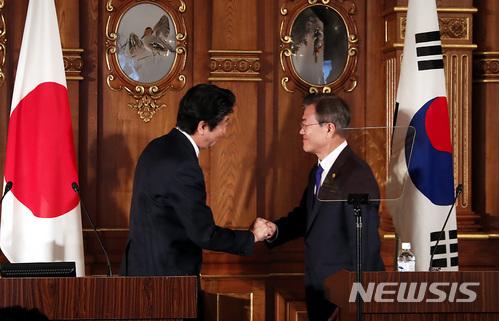 문재인 대통령(오른쪽)과 아베 신조 일본 총리의 모습. /사진=뉴시스DB