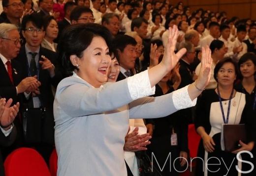 김정숙 여사가 지난 19일 오전 평양 만경대 학생소년궁전에서 공연을 관람하고 손을 흔들어 보이고 있다. /사진=평양사진공동취재단