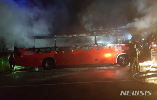 23일 오후 10시35분쯤 충남 천안시 동남구 풍세면의 한 주차장에 주차된 45인용 관광버스에서 방화로 추정되는 화재가 발생해 천안동남소방서 직원들이 화재를 진압하고 있다. 사진=뉴시스(천안동남소방서 제공)