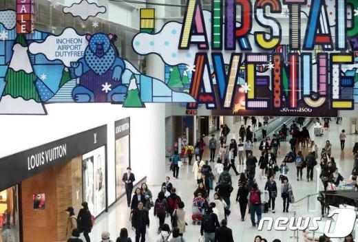 인천국제공항 제1여객터미널에서 공항 이용객들이 면세점을 이용하고 있다./사진=뉴스1