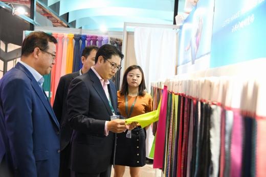 조현준 회장이 지난 9월 27일부터 3일동안 상하이에서 개최된 섬유 전시회 '인터텍스타일 상하이'에 참석해 글로벌 고객사 부스를 찾아 섬유시장 트렌드를 점검했다. / 사진=효성