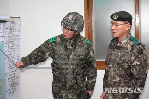 현재 8군단장인 황인권 중장(오른쪽)이 제2작전사령관에 내정됐다./사진=뉴시스