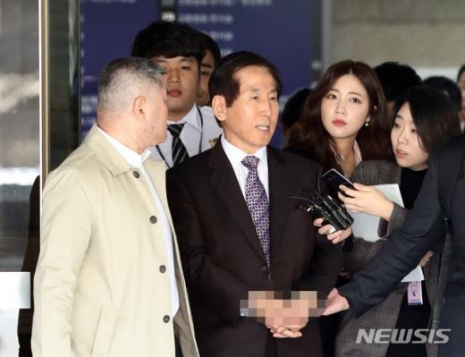 이명박정부 시절 경찰의 댓글 공작을 지휘한 혐의를 받는 조현오 전 경찰청장이 지난 4일 오후 서울 서초구 서울중앙지법에서 구속전 피의자 심문(영장실질심사)을 마치고 나오고 있다. /사진=뉴시스