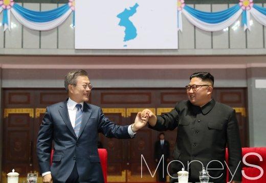 손 맞잡은 문재인 대통령과 김정은 북한 국문위원장./사진=평양사진공동취재단
