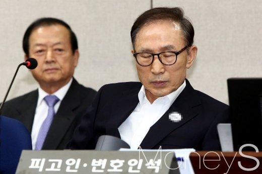 """이명박 1심 재판부 """"출석 거부, 정당한 사유로 보기 어렵다"""" (속보)"""
