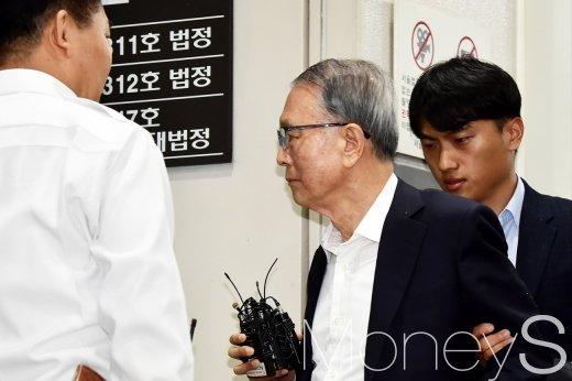 [머니S포토] 법정 향하는 김기춘, 재판 결과는?