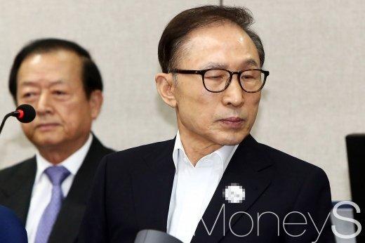 """법원 """"이명박, 다스 미국소송 '직권남용죄' 인정 안돼"""" (속보)"""