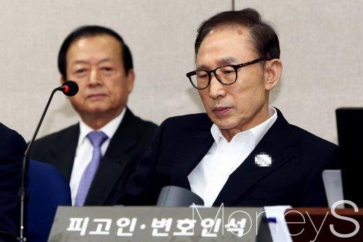 이명박 전 대통령이 지난 5월23일 서울 서초구 서울중앙지방법원에서 열린 첫 공판에 출석해 피고인석에 앉아 있는 모습. /사진=임한별 기자