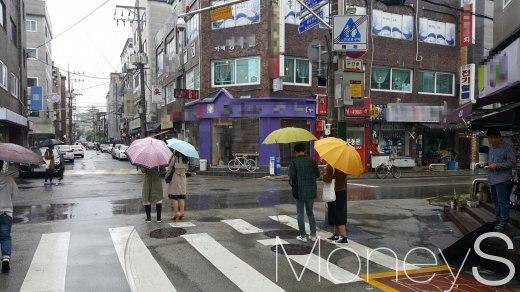 비오는 날에도 망리단길에 모여든 젊은층. /사진=김창성 기자