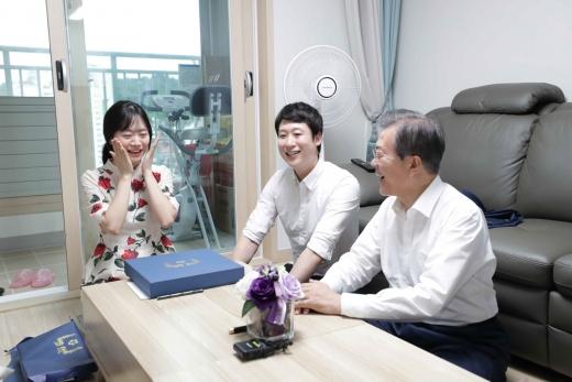 문재인 대통령이 지난 7월 서울 구로구 행복주택에 입주한 한 신혼부부 집에 방문한 모습. /사진=뉴시스 박진희 기자