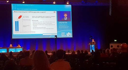 한미약품 관계자가 지난 3일(현지시간) 독일 베를린에서 열린 제54회 EASD에서 랩스커버리 기반 신약 후보물질에 대한 연구결과를 발표하고 있다. /사진=한미약품