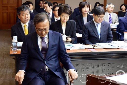 [머니S포토] 헌재 국정감사, 고개숙인 유남석 소장