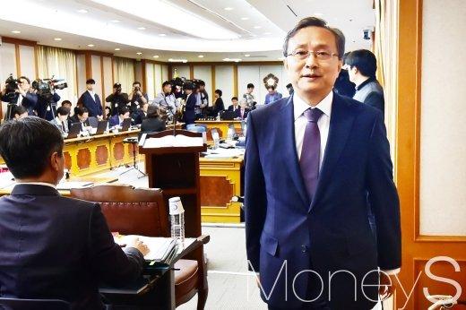 [머니S포토] 헌재 국정감사, 퇴석하는 헌재소장
