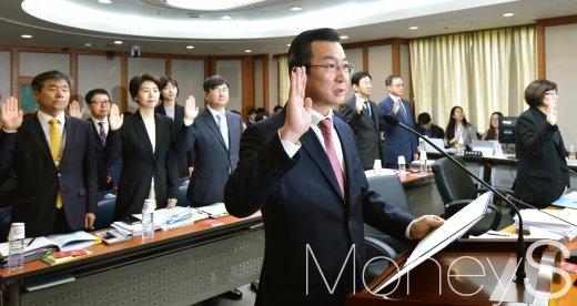 [머니S포토] 헌재 국감, 선서하는 김헌정 사무처장