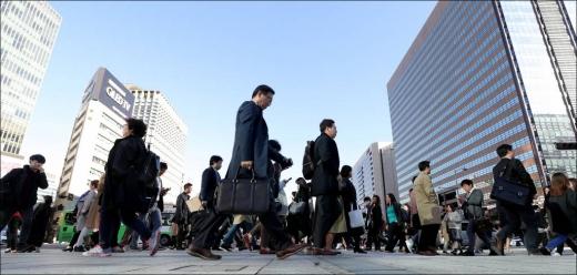 서울 아침 기온이 6도까지 떨어지며 올 가을 들어 가장 낮은 기온을 보인 11일 오전 서울 광화문 네거리에서 시민들이 출근길을 재촉하고 있다. /사진=머니투데이 김창현 기자