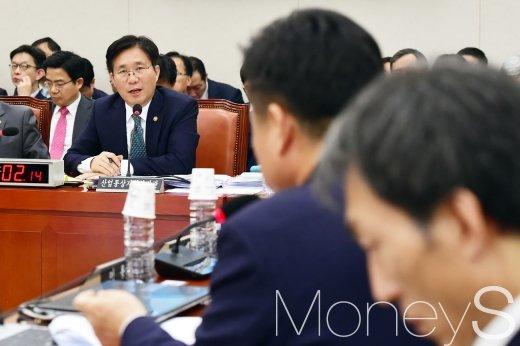 [머니S포토] 답변하는 성윤모 장관