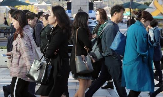 서울 아침 기온이 6도까지 떨어지며 올 가을 들어 가장 낮은 기온을 보인 지난 11일 오전 서울 광화문 네거리에서 시민들이 출근길을 재촉하고 있다. /사진=머니투데이 김창현 기자
