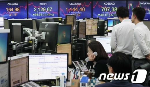 11일 오후 서울 중구 KEB하나은행 딜링룸에서 직원들이 업무를 보고 있다./사진=뉴스1