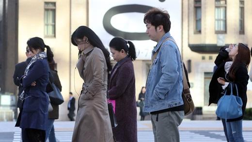 평년 대비 기온이 크게 낮아져 쌀쌀한 날씨를 보인 지난 11일 서울 종로구 광화문네거리 일대에서 두꺼운 옷을 입은 시민들이 출근길을 재촉하고 있다. /사진=뉴스1