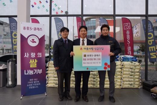 왼쪽부터 박선욱 전남사회복지공동모금회 팀장, 김상균 사무처장, 백순 중흥건설 소장