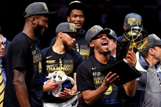 지난 시즌 NBA 파이널에서 클리블랜드 캐벌리어스를 4-0으로 꺾고 우승을 차지한 뒤 기뻐하는 골든스테이트 워리어스 선수단./사진=뉴스1(로이터)