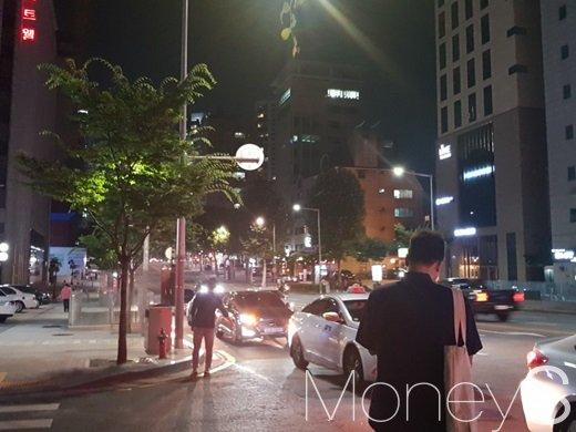 강남 선정릉역 일대에서 시민들이 택시를 잡고 있다. /사진=류은혁 기자