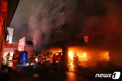 20일 오후 7시42분쯤 경남김해시 서상동 원룸에서 화재가 발생해 10명의 사상자가 발생했다./사진=뉴스1(경남소방본부제공)