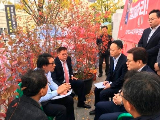최종구 금융위원장(오른쪽 가운데)이 지난 25일 정부서울청사 앞에서 한국마트협회장 관계자들과 대화하고 있다. /사진=금융위원회