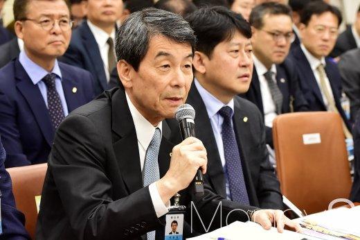 [머니S포토] 김진태 의원 질의에 답하는 이동걸 산은 회장