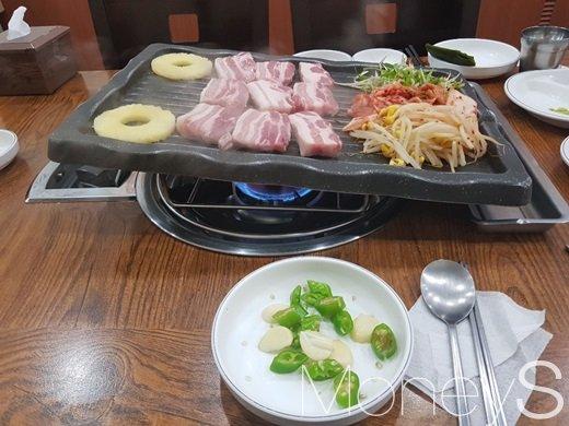 삼겹살 집에서 양념장 없이 삼겹살과 마늘, 고추만 먹었다. /사진=류은혁 기자