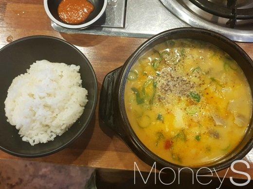 도전 6일차 결국에는 순대국밥과 깍두기 앞에서 무너졌다. /사진=류은혁 기자