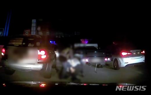 부산경찰청은 3일 만취 상태로 포터 차량을 몰던 A(52)씨를 약 25분 동안  43㎞ 가량 시민과 함께 추격해 검거했다고 밝혔다./사진=부산경찰청 제공